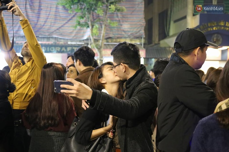 Chùm ảnh: Những nụ hôn rực rỡ trong đêm giao thừa đón năm mới 2017 - Ảnh 5.
