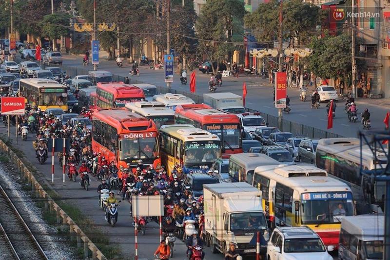 Chùm ảnh: Người dân ùn ùn đổ về quê nghỉ lễ, đường phố Hà