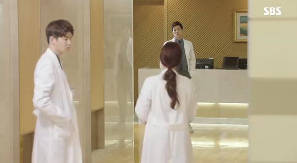 Doctors: Ngày Lee Sung Kyung chơi đểu Park Shin Hye cuối cùng cũng đến - Ảnh 12.