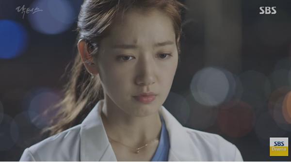 """""""Doctors"""": Lee Sung Kyung quỳ gối cầu xin Park Shin Hye - Ảnh 26."""