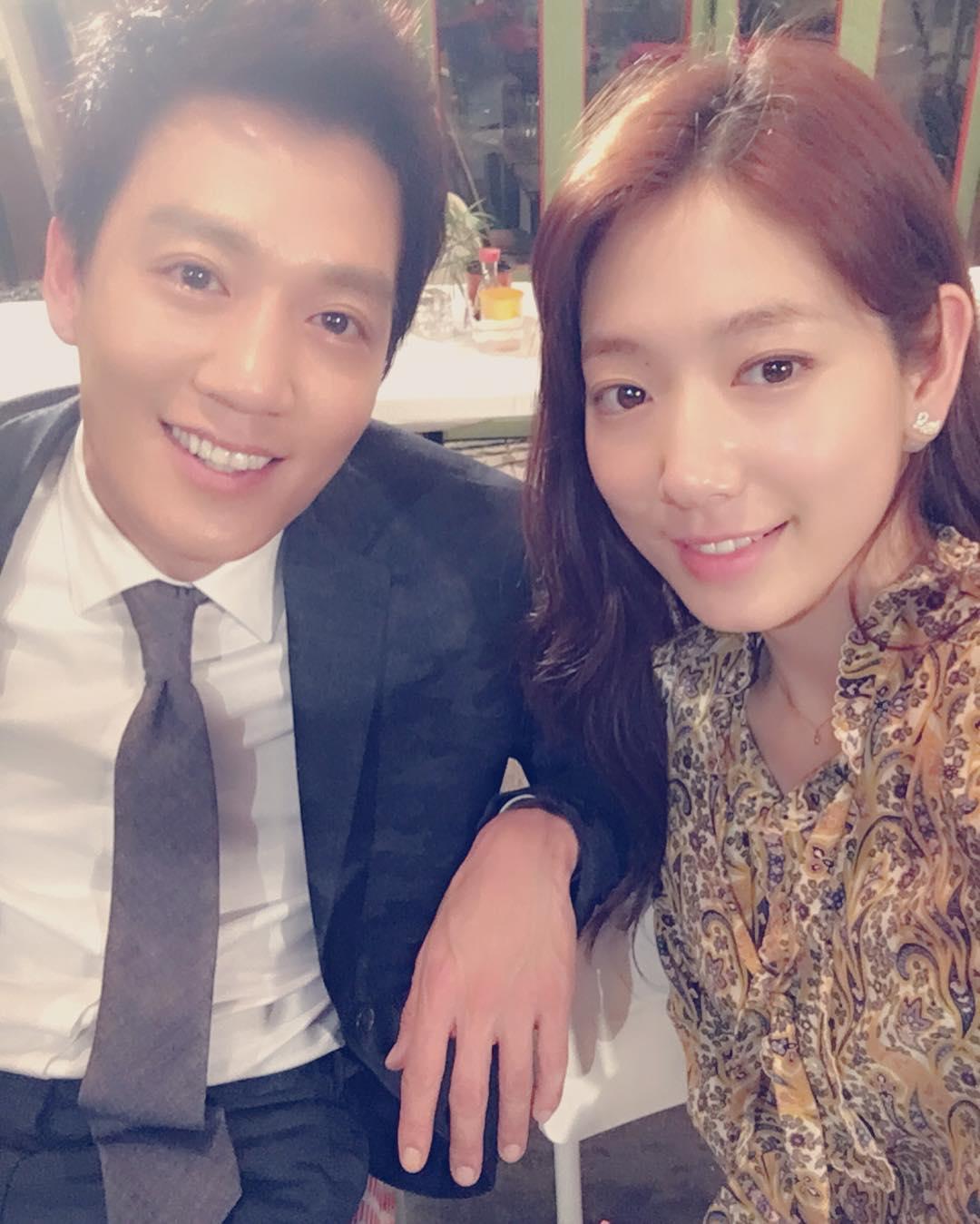 Park Shin Hye dựa sát, chụp hình tự sướng thân mật cùng Kim Rae Won - Ảnh 1.