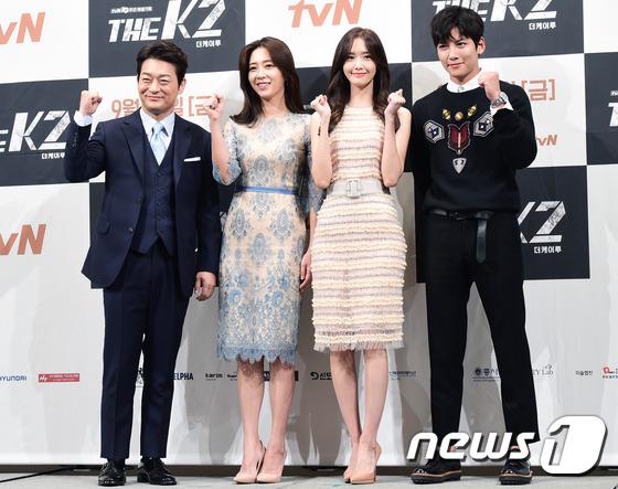 """Yoona và Ji Chang Wook trong """"The K2"""" thân thiết dự họp báo 17"""