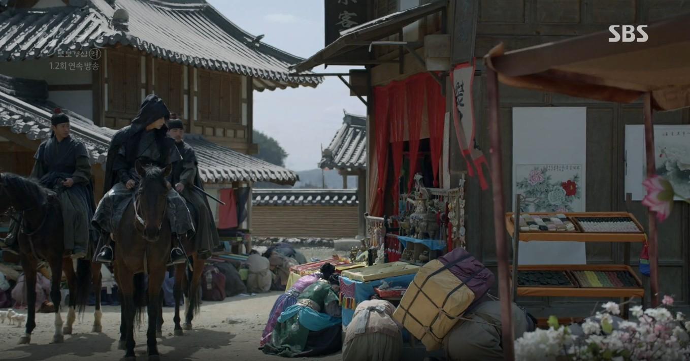 Moon Lovers: Lần đầu gặp gỡ, hoàng tử Lee Jun Ki làm anh hùng cứu mỹ nhân IU - Ảnh 13.