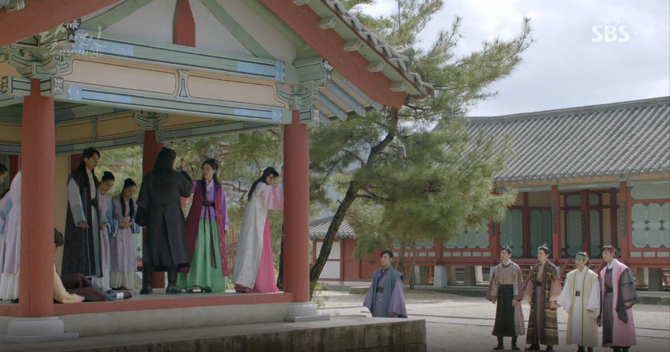 Moon Lovers: Tứ hoàng tử Lee Jun Ki thêm một lần xuất hiện kịp thời giải cứu IU - Ảnh 1.