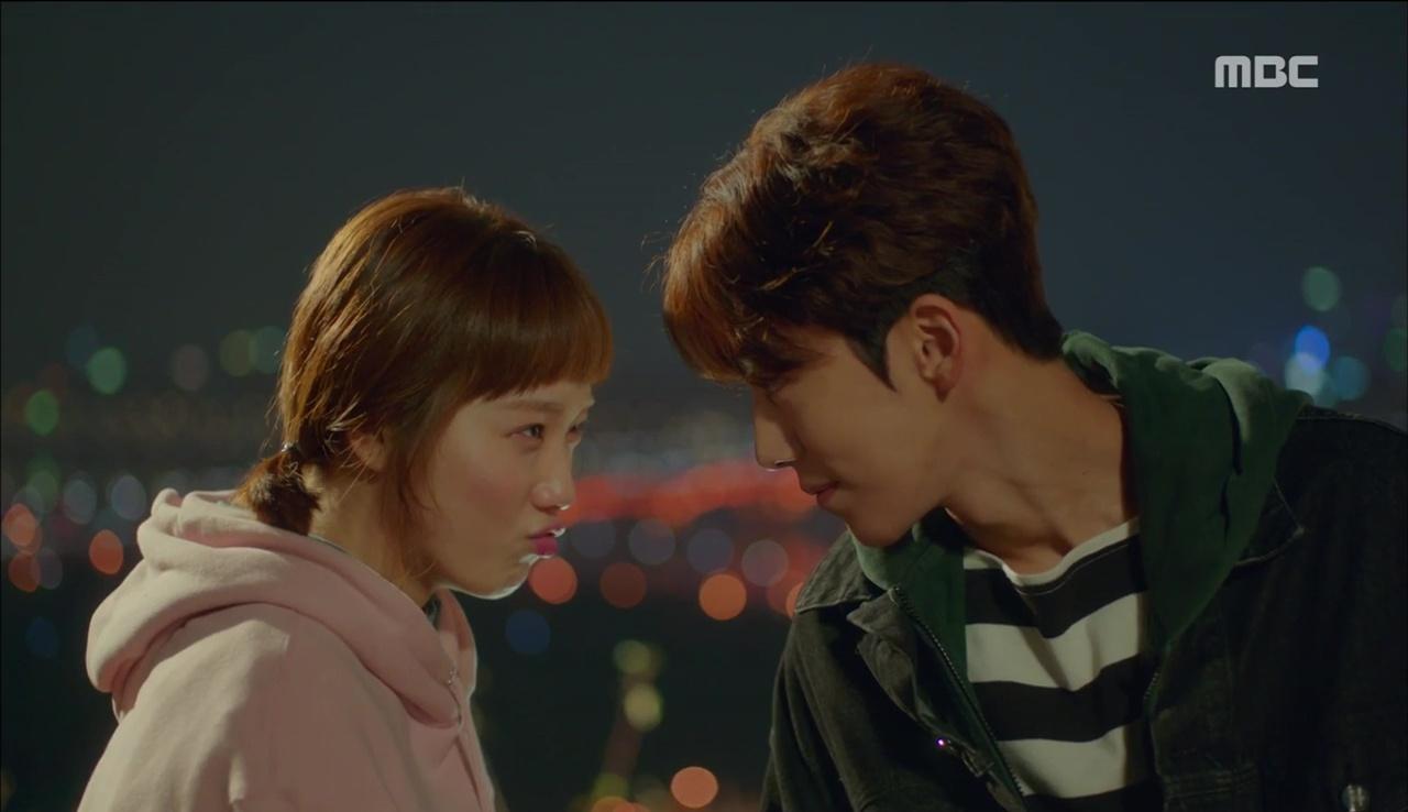 """""""Tiên Nữ Cử Tạ"""": Ngỡ được Lee Sung Kyung hôn, Nam Joo Hyuk đưa mặt hưởng thụ và nhận cái kết bất ngờ - Ảnh 21."""