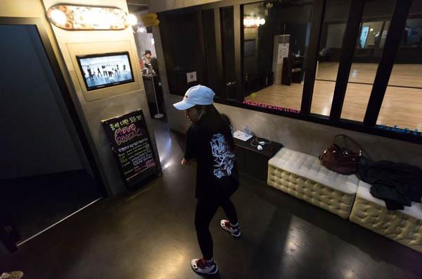 Những bức ảnh bên trong 1 lò đào tạo thần tượng tuổi teen ở Hàn Quốc - Ảnh 6.
