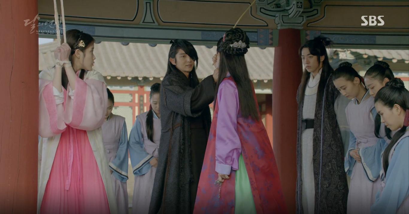 Moon Lovers: Tứ hoàng tử Lee Jun Ki thêm một lần xuất hiện kịp thời giải cứu IU - Ảnh 2.