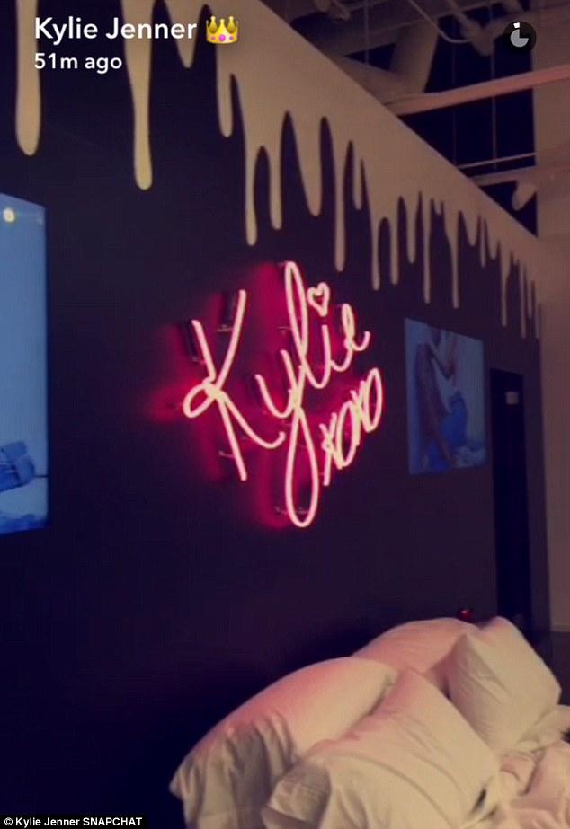Kylie Jenner khai trương pop-up store, fan xếp hàng chật kín trung tâm thương mại - Ảnh 19.