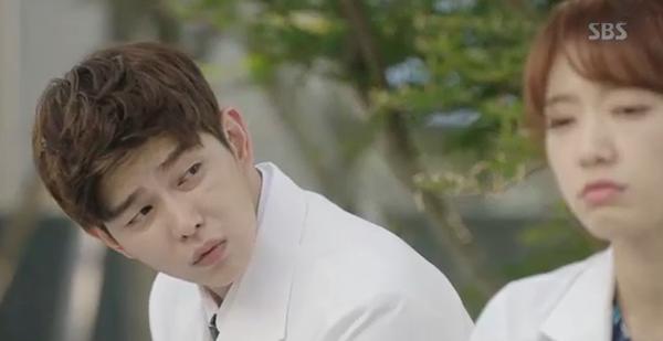 Doctors: Tức cảnh sinh tình, Kim Rae Won khóa môi Park Shin Hye dưới mưa - Ảnh 22.