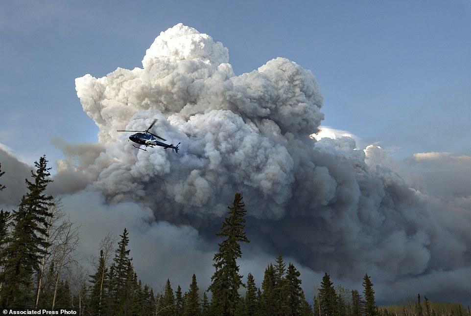 Khung cảnh kinh hoàng của một trong những vụ cháy rừng tồi tệ nhất trong lịch sử Canada - Ảnh 7.