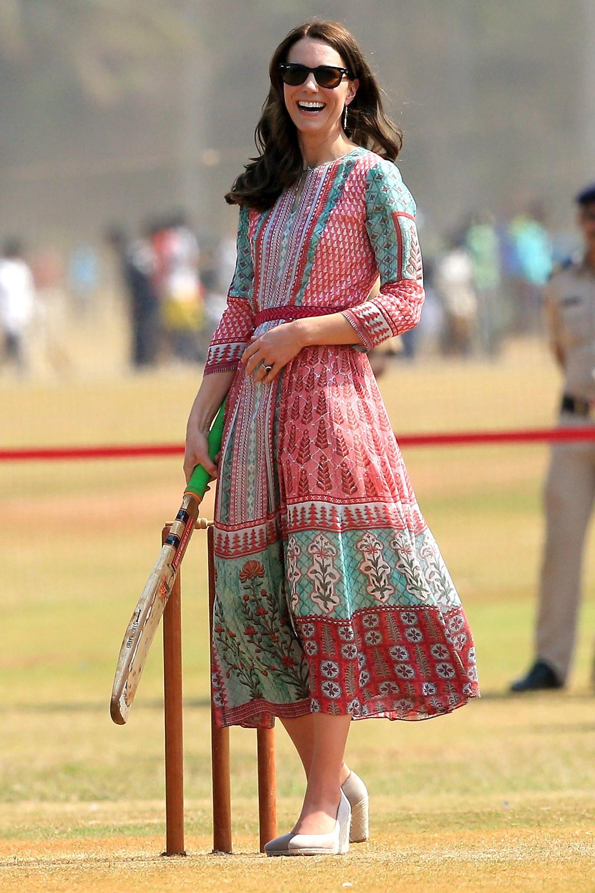 Công nương Kate chi hơn 1 tỉ VNĐ cho 17 bộ đồ trong tuần công du - Ảnh 3.