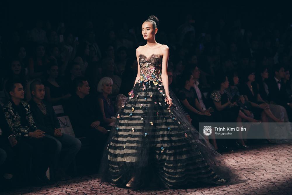 Kỳ Duyên, Phạm Hương đọ trình catwalk trong show thời trang cùng loạt mẫu đình đám - Ảnh 16.