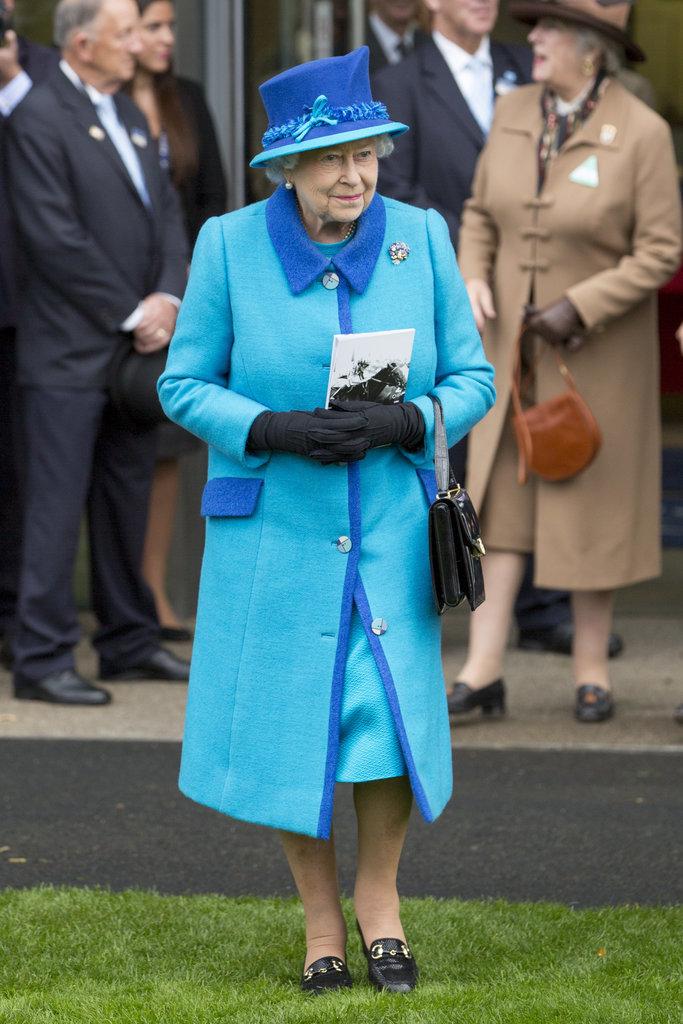 Lý do xúc động đằng sau phong cách thời trang chóe lọe của Nữ hoàng Anh - Ảnh 2.