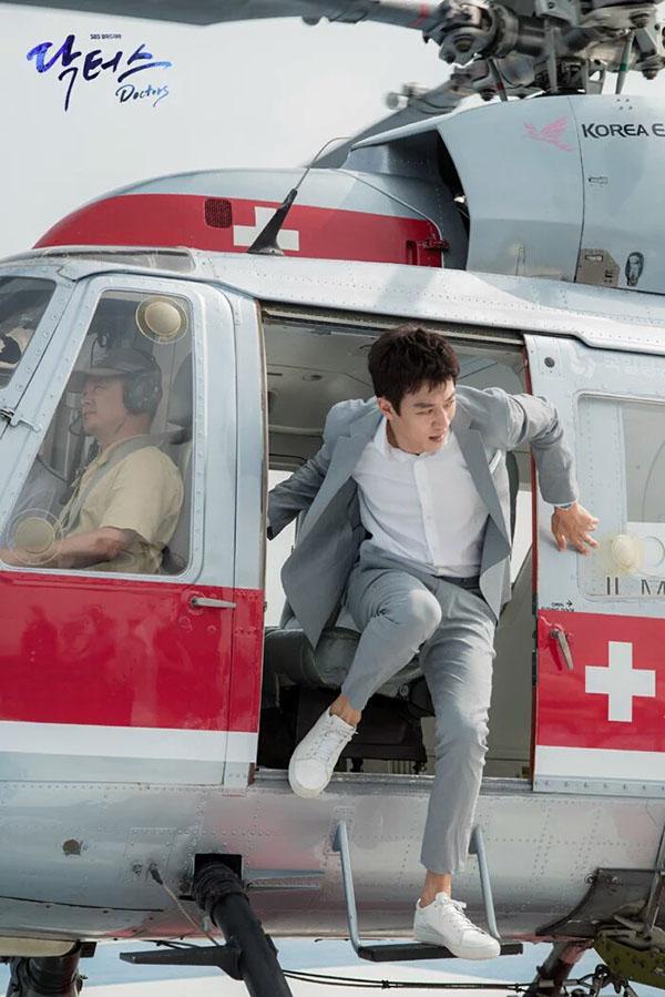 Sau Song Joong Ki, lại thêm Kim Rae Won cưa cẩm bằng trực thăng - Ảnh 2.