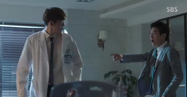 Doctors: Tức cảnh sinh tình, Kim Rae Won khóa môi Park Shin Hye dưới mưa - Ảnh 12.