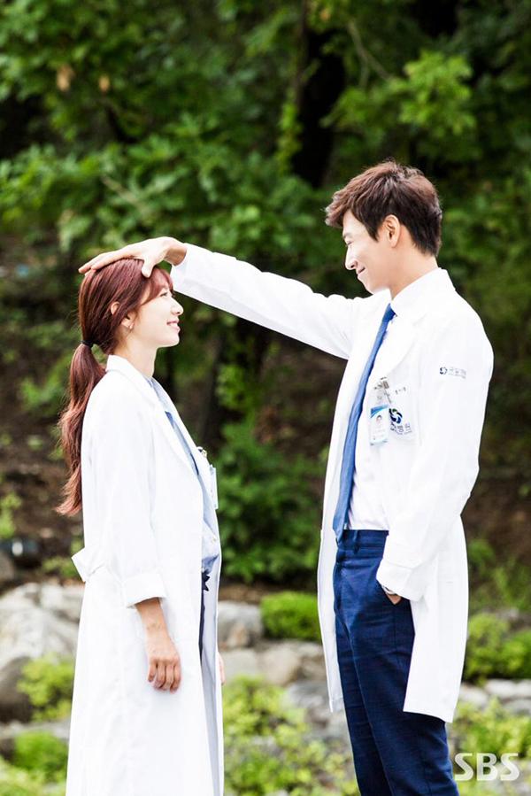 Doctors: Ngày Lee Sung Kyung chơi đểu Park Shin Hye cuối cùng cũng đến - Ảnh 33.