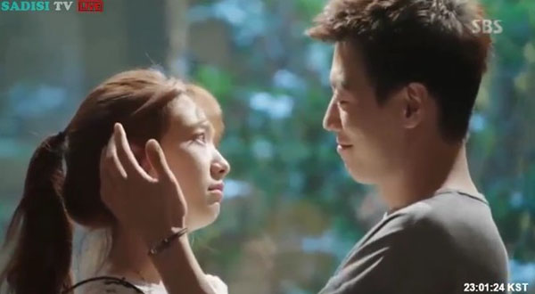 """""""Doctors"""": Lee Sung Kyung quỳ gối cầu xin Park Shin Hye - Ảnh 2."""