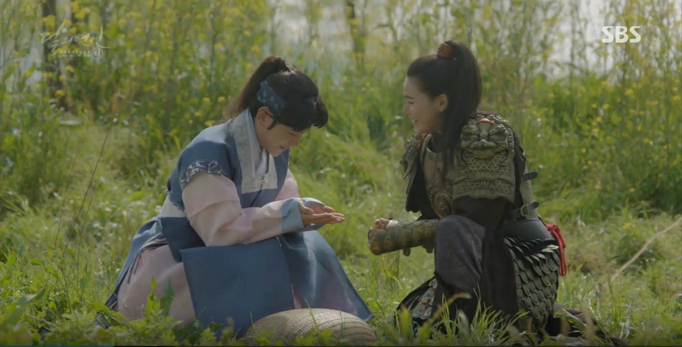 Moon Lovers: IU trổ tài trang điểm che sẹo giúp Tứ hoàng tử Lee Jun Ki - Ảnh 15.