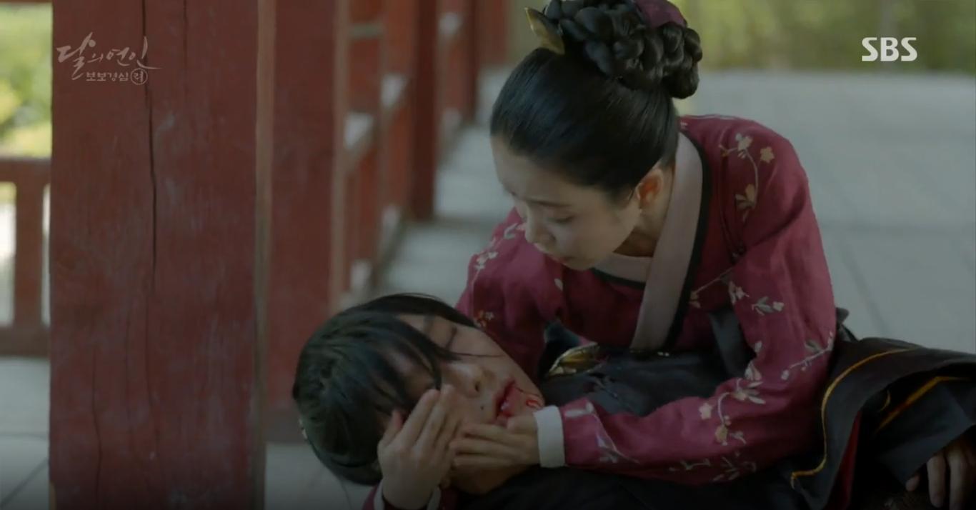 """Moon Lovers: """"Anh Tư"""" Lee Jun Ki tái hiện lại cảnh che mưa kinh điển trong Bộ Bộ Kinh Tâm! - Ảnh 2."""
