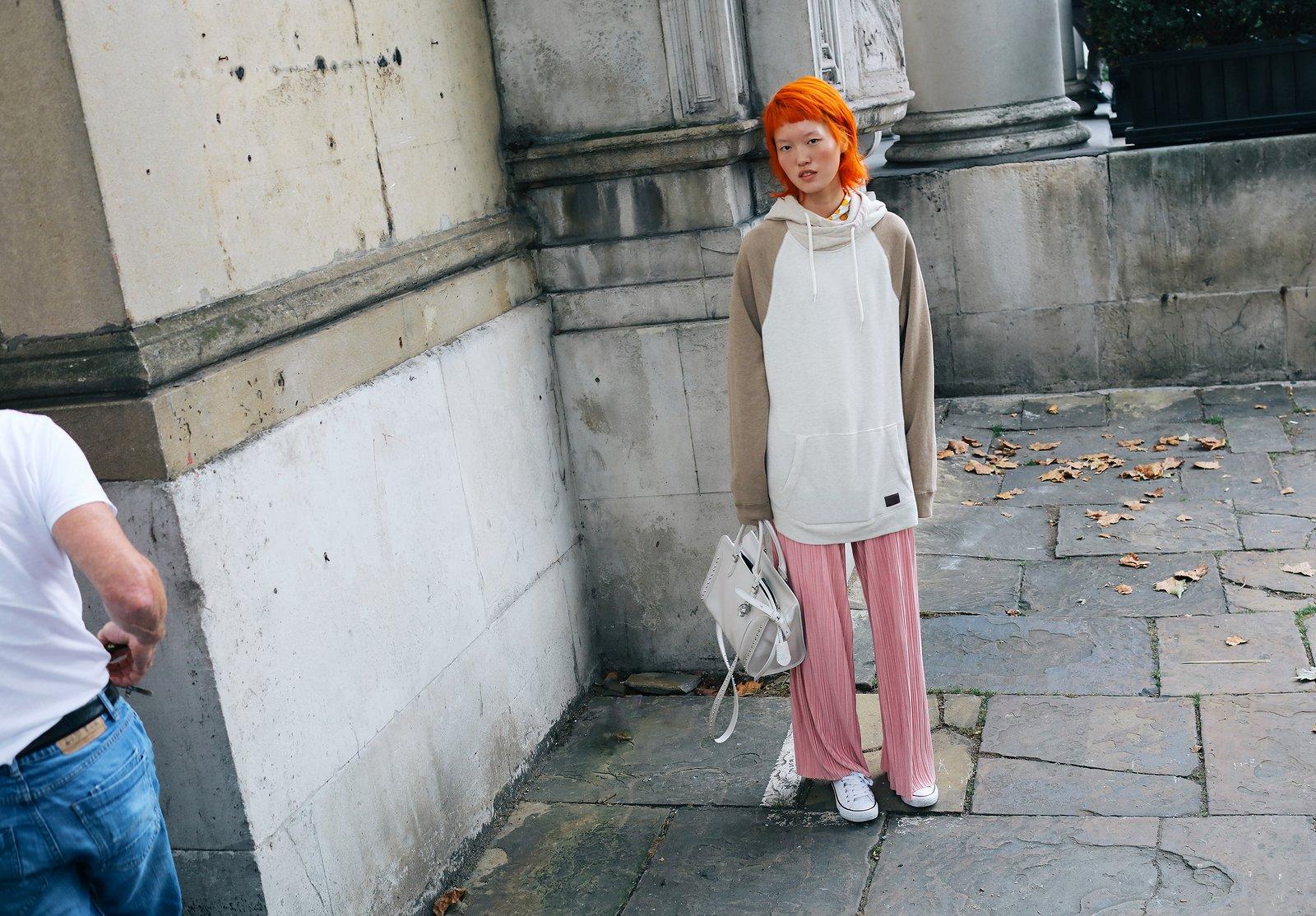 Fashionista thế giới náo loạn vì tóc nhuộm neon cùng mái siêu ngắn chẳng giống ai - Ảnh 2.