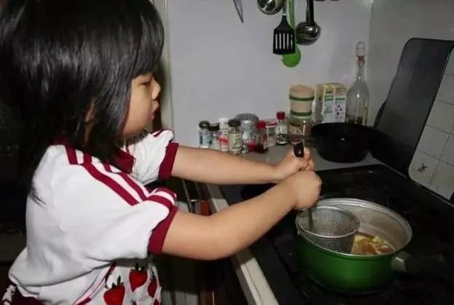 Cô bé 4 tuổi bị mẹ ép phải làm mọi việc nhà và nguyên nhân phía sau sẽ khiến bạn rơi lệ - Ảnh 7.