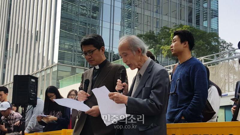 Giáo sư người Nhật quỳ gối xin lỗi những người phụ nữ Hàn Quốc từng là nô lệ tình dục trong chiến tranh - Ảnh 2.