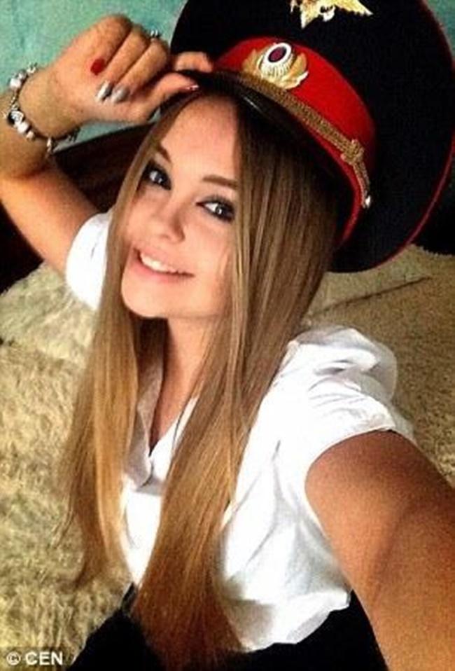 Chùm ảnh: Những nữ cảnh sát xinh đẹp nhất nước Nga - Ảnh 2.