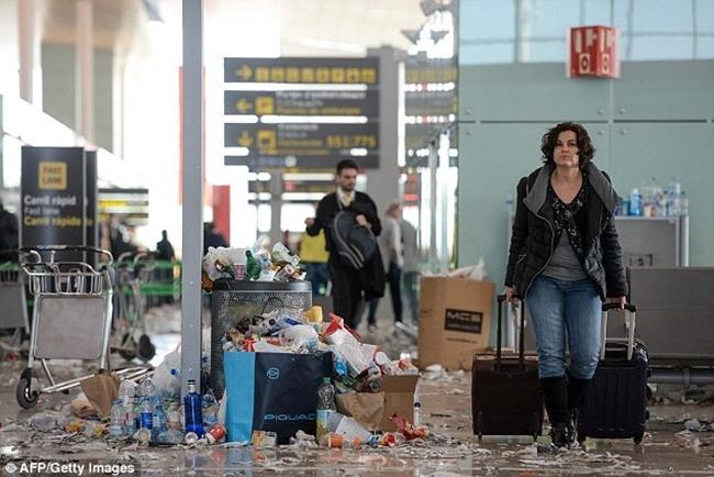 Không thể tin được bãi rác này lại chính là sân bay ở Tây Ban Nha - Ảnh 3.