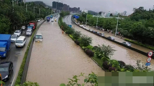 Chùm Ảnh: Người Dân Quảng Châu Dở Khóc Dở Cười Trong Trận Mưa Lụt Đầu