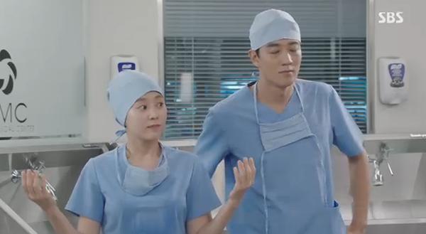 """""""Doctors"""": Xem kìa, Park Shin Hye cuối cùng đã biết ghen! - Ảnh 7."""