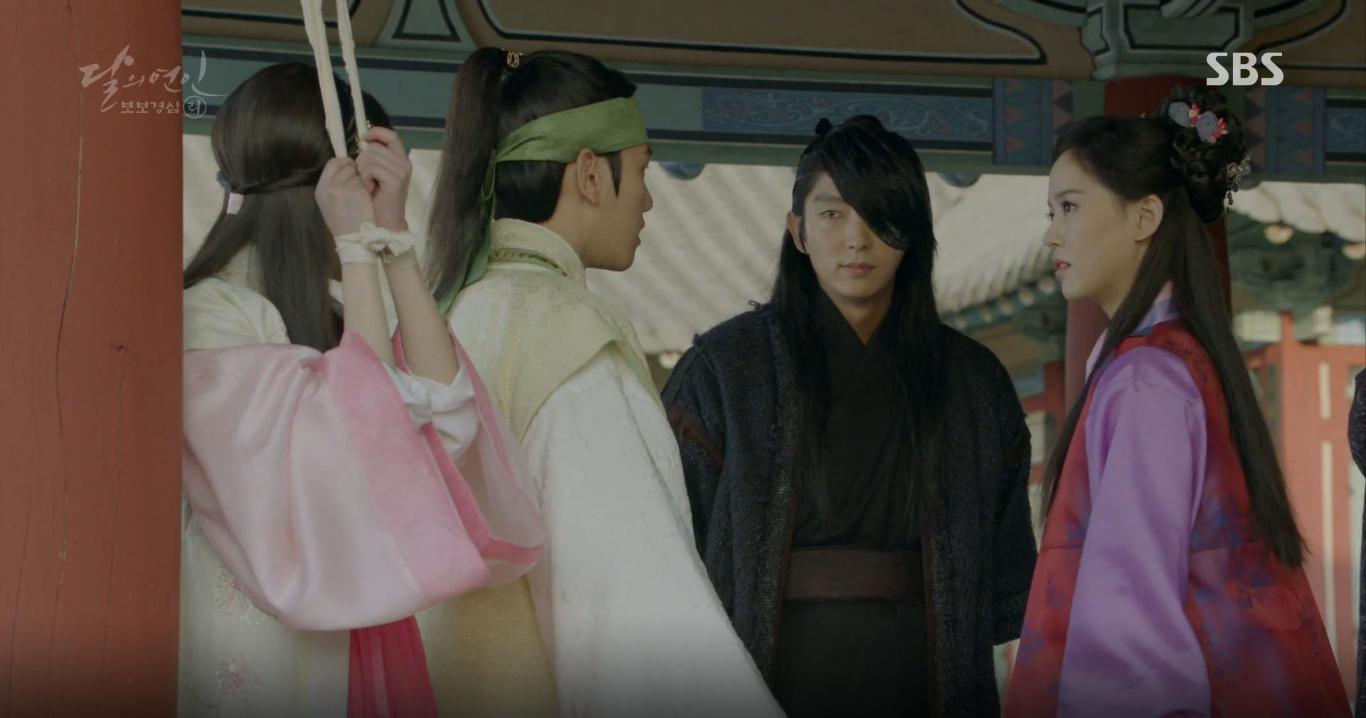 Moon Lovers: Tứ hoàng tử Lee Jun Ki thêm một lần xuất hiện kịp thời giải cứu IU - Ảnh 4.