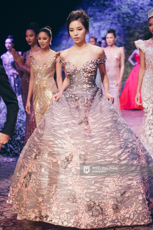 Kỳ Duyên, Phạm Hương đọ trình catwalk trong show thời trang cùng loạt mẫu đình đám - Ảnh 1.