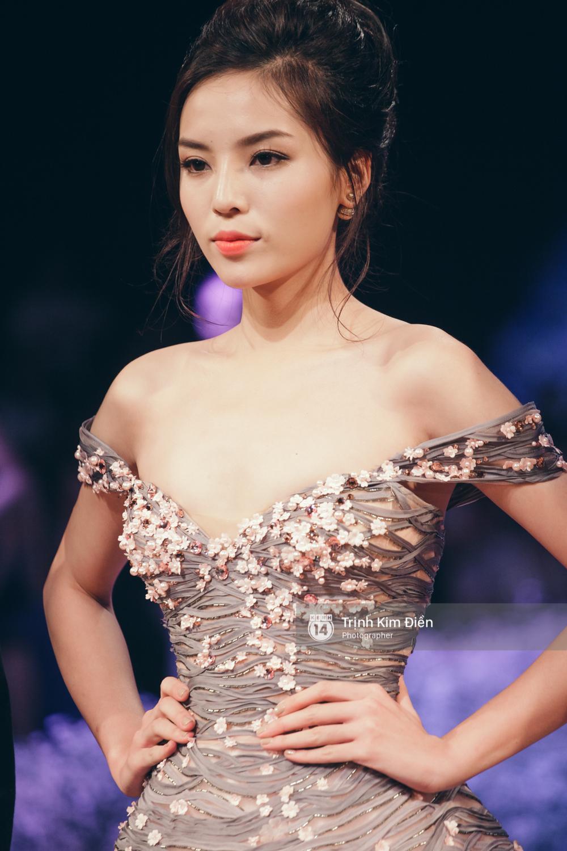 Kỳ Duyên, Phạm Hương đọ trình catwalk trong show thời trang cùng loạt mẫu đình đám - Ảnh 2.