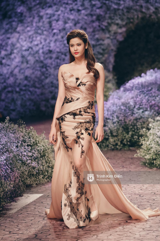 Kỳ Duyên, Phạm Hương đọ trình catwalk trong show thời trang cùng loạt mẫu đình đám - Ảnh 11.