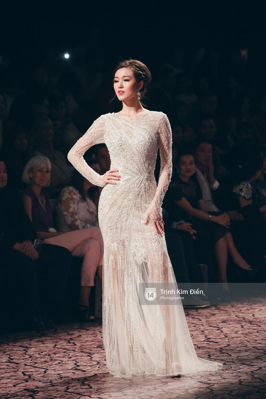 Kỳ Duyên, Phạm Hương đọ trình catwalk trong show thời trang cùng loạt mẫu đình đám - Ảnh 9.