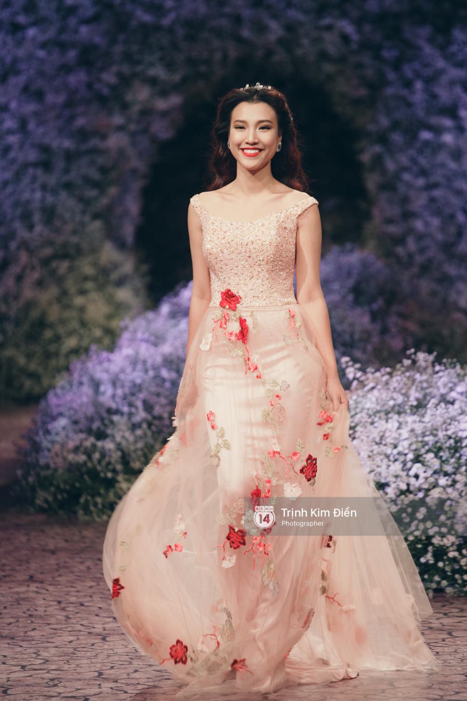Kỳ Duyên, Phạm Hương đọ trình catwalk trong show thời trang cùng loạt mẫu đình đám - Ảnh 10.