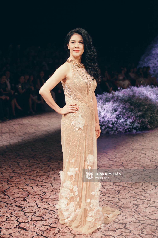Kỳ Duyên, Phạm Hương đọ trình catwalk trong show thời trang cùng loạt mẫu đình đám - Ảnh 14.