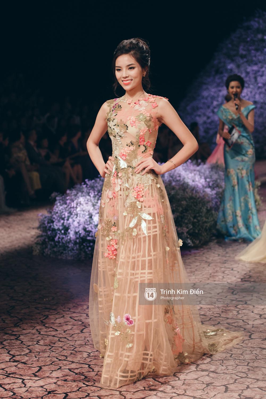 Kỳ Duyên, Phạm Hương đọ trình catwalk trong show thời trang cùng loạt mẫu đình đám - Ảnh 3.