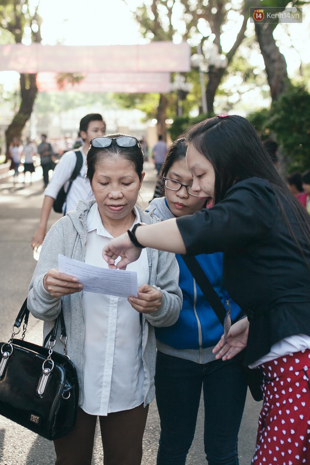 Gần 900.000 thí sinh làm thủ tục chính thức bước vào kỳ thi THPT Quốc gia - Ảnh 2.