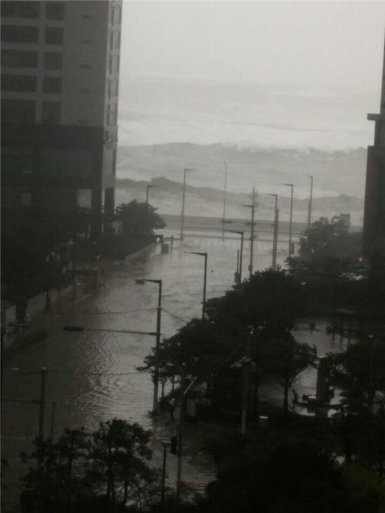 Cảnh tượng ngập lụt, đổ nát kinh hoàng sau bão tại siêu đô thị Busan của Hàn Quốc - Ảnh 12.