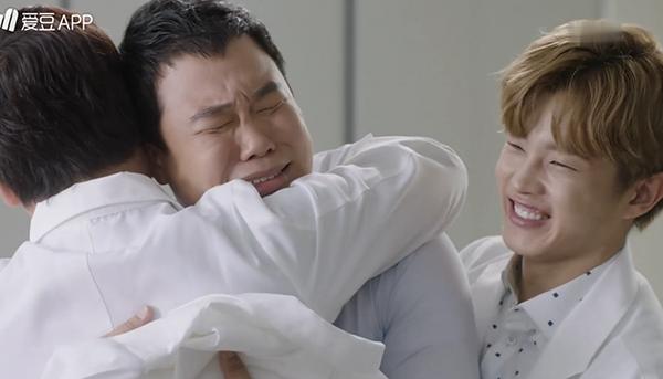 """""""Doctors"""": Không nhịn được cười với chuỗi bi kịch của Yoon Kyun Sang - Ảnh 26."""