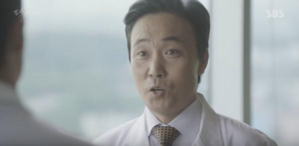 """""""Doctors"""": Lee Sung Kyung quỳ gối cầu xin Park Shin Hye - Ảnh 15."""
