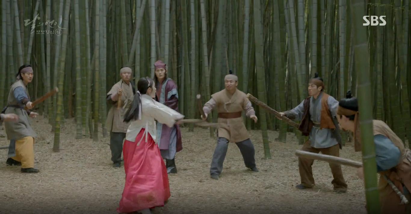 Moon Lovers: Tứ hoàng tử Lee Jun Ki thêm một lần xuất hiện kịp thời giải cứu IU - Ảnh 14.
