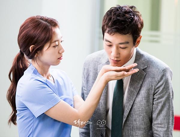 """Xem hậu trường """"Doctors"""", cứ ngỡ Kim Rae Won – Park Shin Hye yêu nhau thật rồi! - Ảnh 11."""