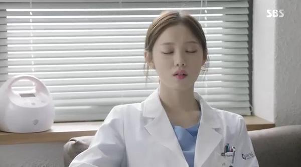 Doctors: Ngày Lee Sung Kyung chơi đểu Park Shin Hye cuối cùng cũng đến - Ảnh 2.