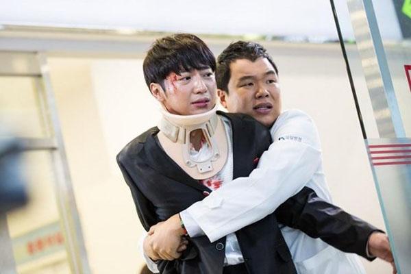 """""""Doctors"""": Không nhịn được cười với chuỗi bi kịch của Yoon Kyun Sang - Ảnh 27."""
