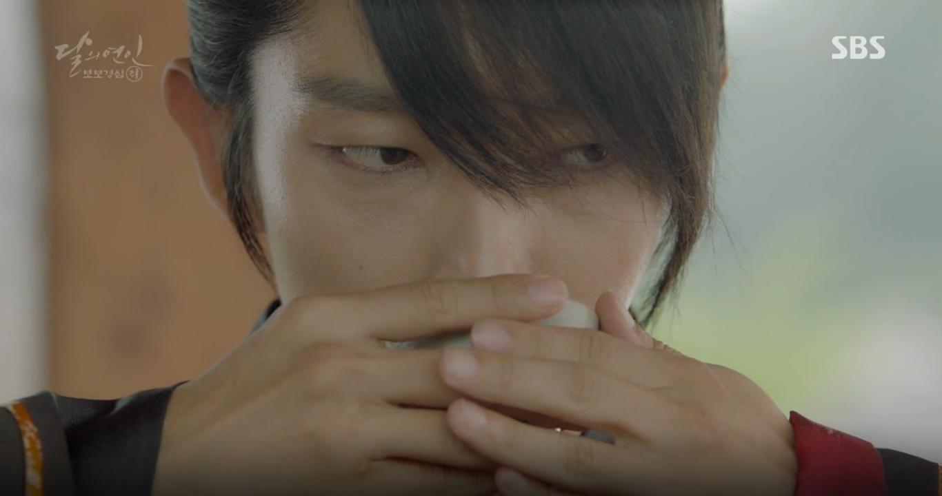 Moon Lovers: Anh Tư Lee Jun Ki xấu số, uống phải trà hạ độc từ chính mẹ mình - Ảnh 26.
