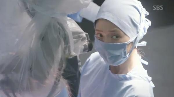 """""""Doctors"""": Park Shin Hye bị kẻ lạ tấn công bất thình lình tại bệnh viện - Ảnh 22."""