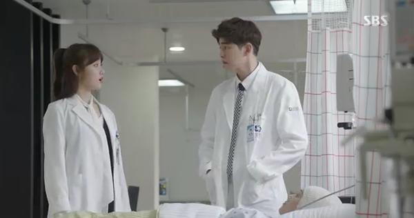 Doctors: Tức cảnh sinh tình, Kim Rae Won khóa môi Park Shin Hye dưới mưa - Ảnh 25.