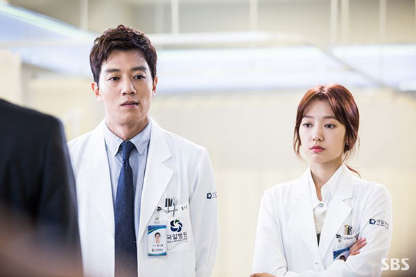 """""""Doctors"""": Không nhịn được cười với chuỗi bi kịch của Yoon Kyun Sang - Ảnh 28."""